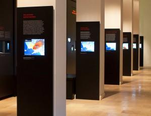 beleuchtete Displays im Museum